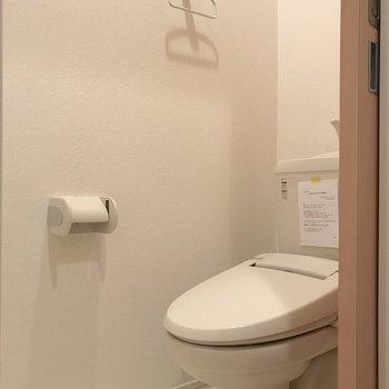 トイレは独立していて、もちろん温水洗浄便座付き。