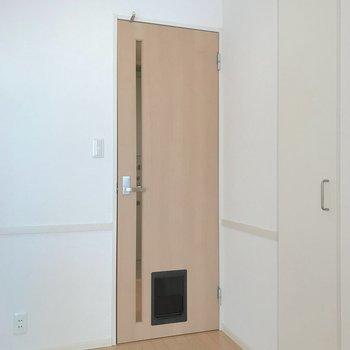 【LDK】LDKの扉には珍しいペット用の扉も付いていました。
