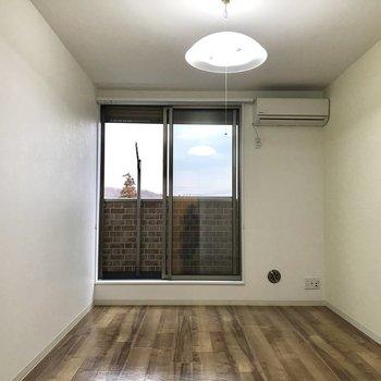 右側にテレビかな※写真は2階の反転間取り別部屋のものです