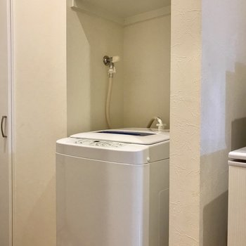 おとなりに洗濯機。※写真は2階の反転間取り別部屋のものです