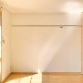 壁にはフック付き。