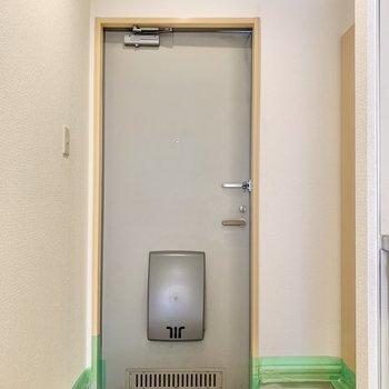 明るい玄関。※クリーニング前のものです