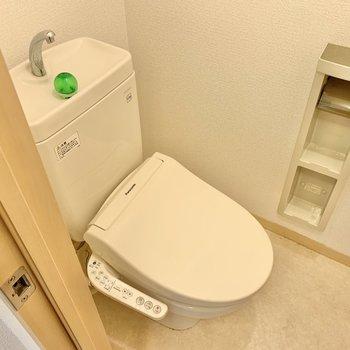 温水洗浄便座付きのトイレ。※クリーニング前のものです