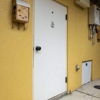 玄関扉にはドアノックが付いているんです。