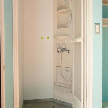 シャワールームにはシャンプー台もしっかりありますよ。
