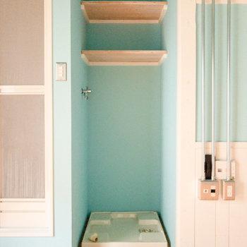 洗濯機置場が室内に。上部にはタオルなどが置けますよ。