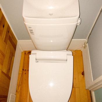 トイレも無垢床なんです。
