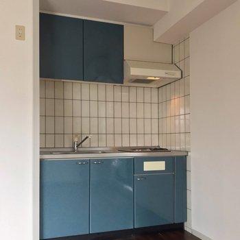 シンク側、コンロ側どちらにも冷蔵庫を置けますよ。