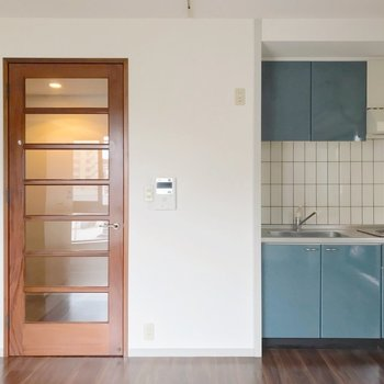 キッチンはすっぽり凹みに嵌っているので、家具の配置に困ることは無さそう。