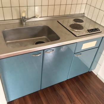 電気コンロなのでいろんな鍋を使えます◎お揃いの色のワゴンを調理台にしても素敵。
