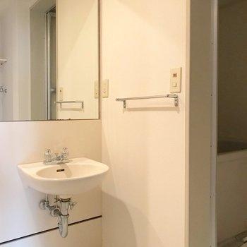 洗面台はシンプルに。大きな鏡で朝の支度もラクラクです。