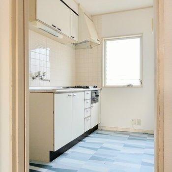 キッチンはクリーム色。窓があるのも助かる◎