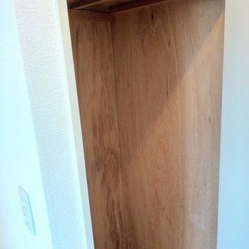 階段前にはこんな収納スペースありました。掃除機はここへしまおう!