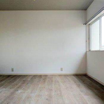 この部屋は子ども部屋に。大きくなったら机を窓側につけて置きたい。