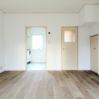 家族でゆったりするスペース。キッチンと脱衣所に繋がります。右に見える小さな扉は?