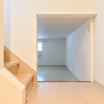 階段近くに6帖ほどの床下収納。(※写真は清掃前のものです)