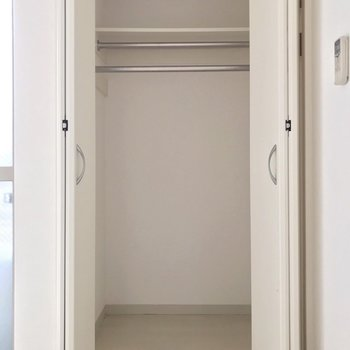 長いお洋服はこちらに。床下収納にもたっぷり入りますよ。(※写真は清掃前のものです)