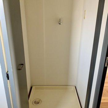 脱衣所入ってすぐ右に洗濯機置場。扉で隠せます。