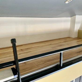 ロフトはワックスの塗られていない無垢床。寝床かな。