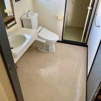 トイレが脱衣所内に。広さはしっかり。