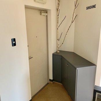 玄関から部屋の中が見えづらい設計です。