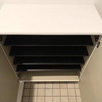 シューズボックスは少しコンパクト。足りないときは横や上の空いているスペースを活用しましょう◎