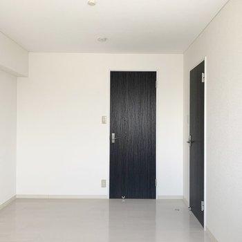 【洋6北】窓の対面には廊下へのドアとは別にもうひとつ。