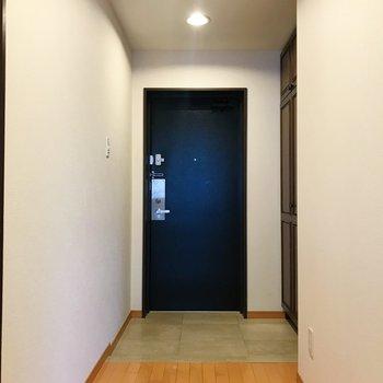 玄関は、来客時も安心のできる広さ。