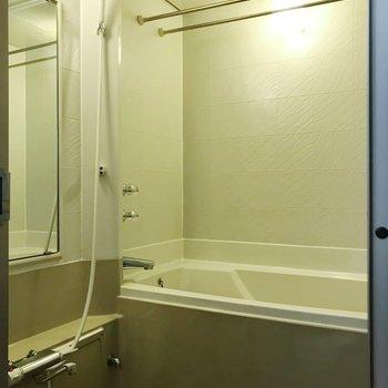 鏡付きお風呂。