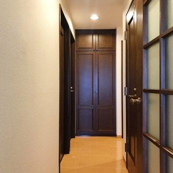 廊下へ。正面にも収納があります。