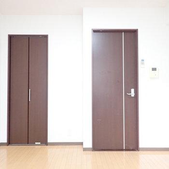 扉はシンプルにブラウンで。