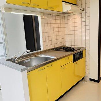 キッチンは卵の黄身のようなイエロー!