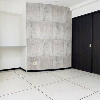 コンクリート調の壁と白いタイル調の床がベストマッチ!
