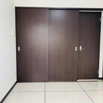 洋室〜リビングの扉を閉めると、、、右側に扉が!?隠し扉!