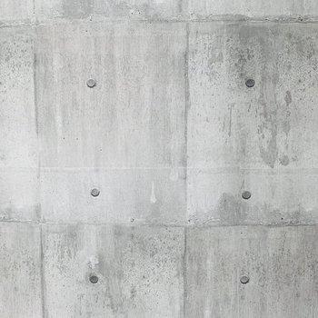この壁少しアールがかかっていて、コンクリ色調があわさり都会的