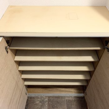 玄関のシューズボックスは少しコンパクト。上の空間も活用しましょう。