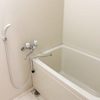 左に浴室。