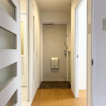 お次はLDKの外に。左が水廻り、正面に玄関、右が洋室。