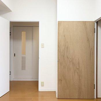 【洋5】ドアからは正面に水廻りが見えるます。
