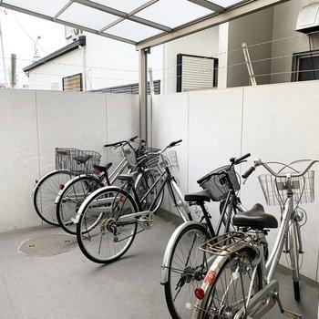 自転車置場も屋根付です。