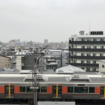 眺望はすぐ目の前に電車が!けっこう近いです。
