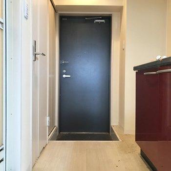 右にキッチンと冷蔵庫置き場、左に手前からお風呂、トイレ、洗濯パンがあります。