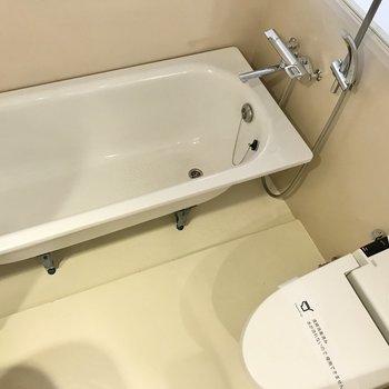 ガラス貼りの部屋の中へ。お風呂とトイレと…