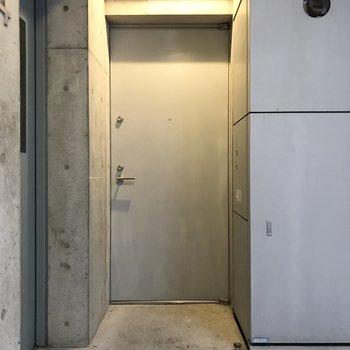 共用廊下。エレベーター上がってすぐがお部屋。