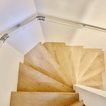 階段をぐるっと周って……