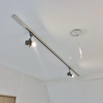 お部屋を照らすのはライティングレール。向きも帰られます。