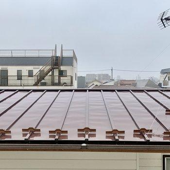 窓からの眺望はお隣さんの屋根。視線はあまり気になりません。