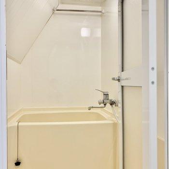お風呂は壁が斜めになっています。