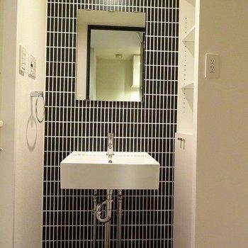 洗面台のタイルがポイント(※写真は4階の同間取り別部屋のものです)