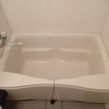 浴槽はちょっと狭めかな※写真は3階の反転間取り別部屋のものです